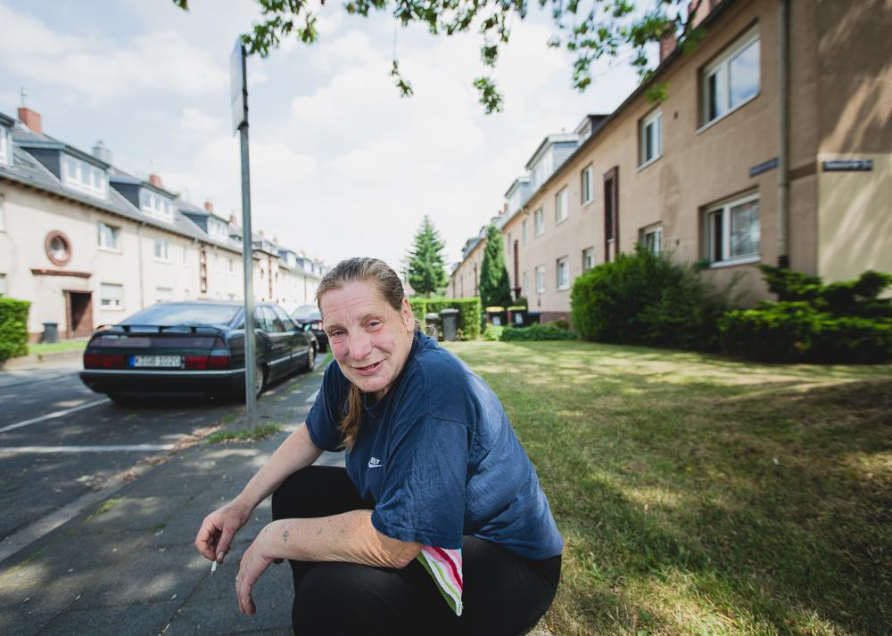 Um sich ihren Konsum zu finanzieren, fährt Biggi fast täglich in die Vorstädte Kölns und bietet dort Hauseigentümern ihre Hilfe bei verschiedenen Arbeiten an.