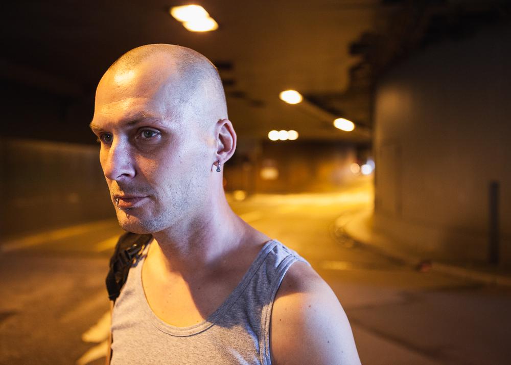 Als Rene noch ohne festen Wohnsitz war, schlief er oft in einem Tunner unter der Kölner Innenstadt. Dort entkam er nur knapp einem Molotow-Anschlag, der eigentlich einen Anderen treffen sollte.